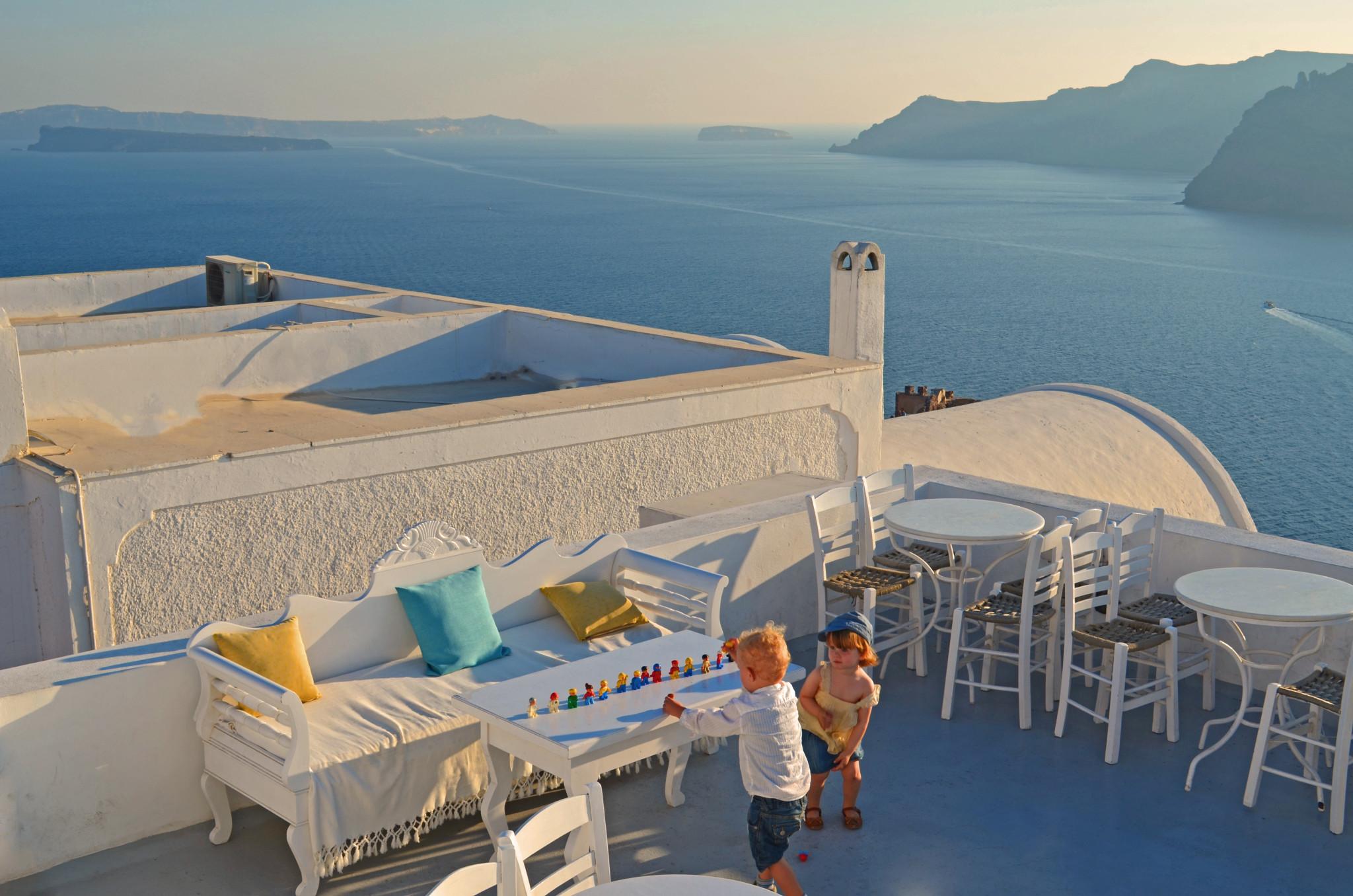 Spielen kann man überall (Santorini)