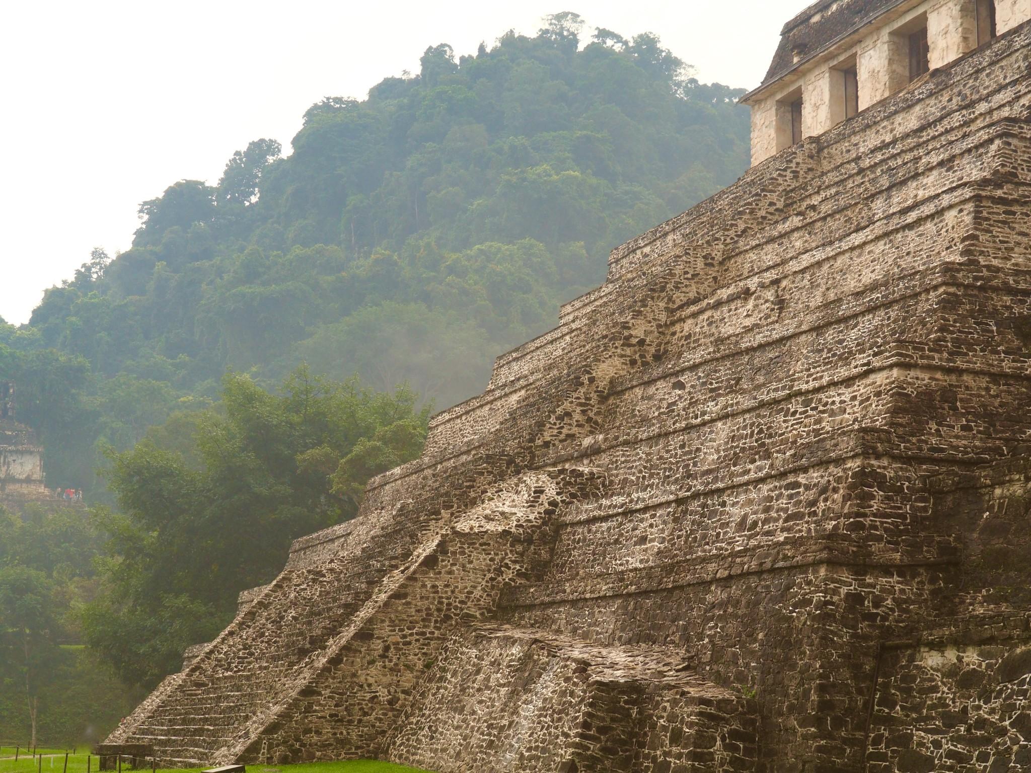 """Die """"Pyramide der Inschriften"""" im Morgennebel"""